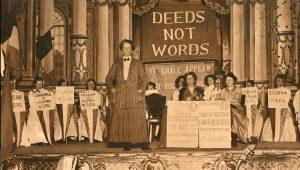 Ethel Smyth bei einem W.S.P.U.-Meeting 1912 © gemeinfrei