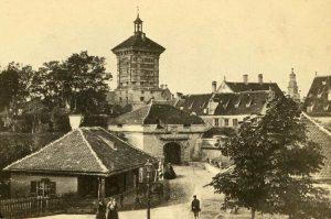 Gögginger Tor, kurz vor seinem Abriss 1862 © wikimedia.commons (gemeinfrei)